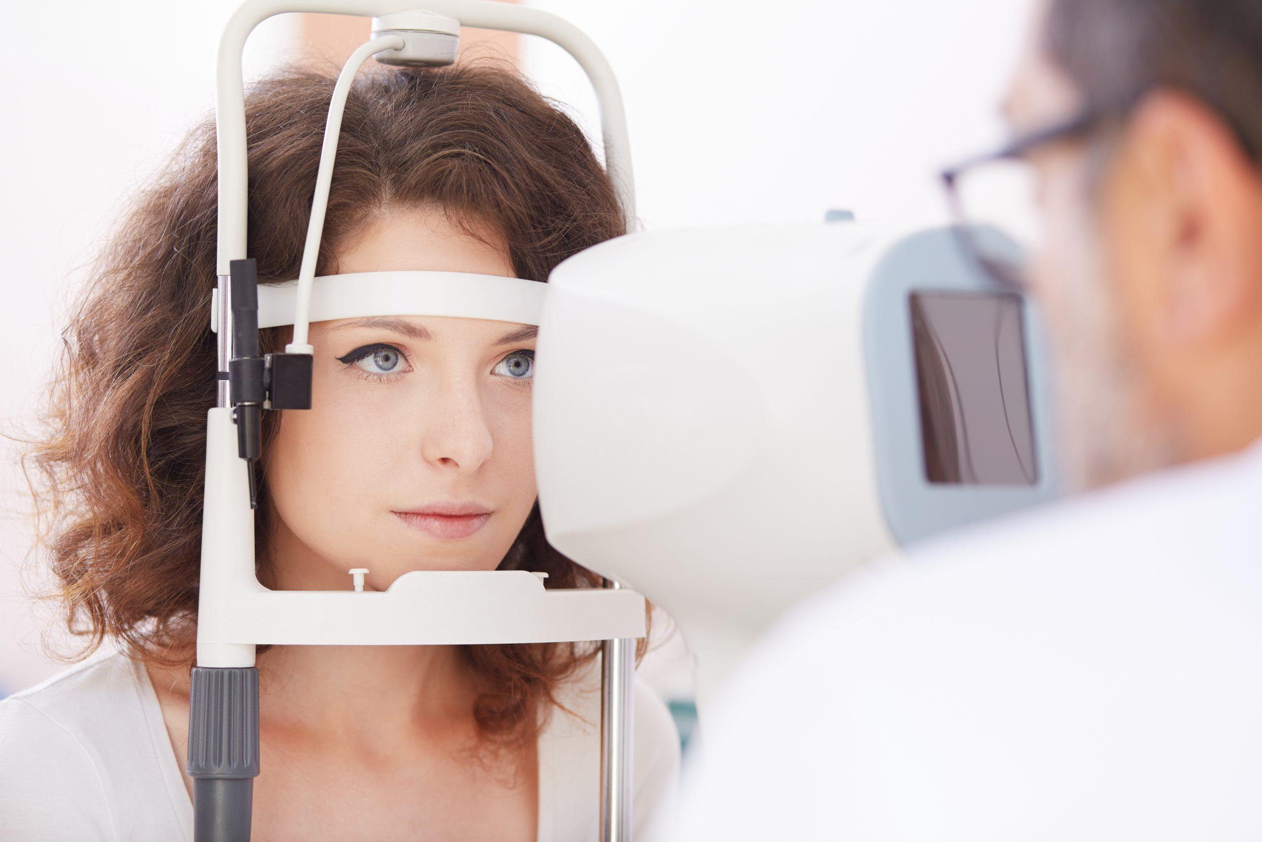 młoda kobieta w trakcie specjalistycznego badania OCT